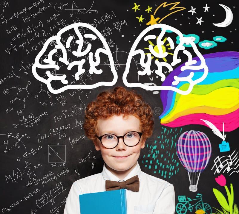 Libro que se sostiene de 9 años del muchacho elegante del estudiante en fondo de la pizarra con el modelo del scetch imagenes de archivo