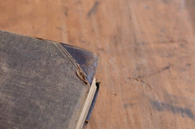 Libro rilegato di cuoio antico che mette su un vecchio legno rustico fotografia stock