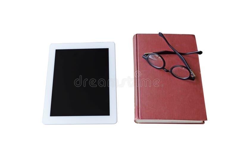 Libro rosso, compressa e vetri neri su fondo bianco fotografie stock