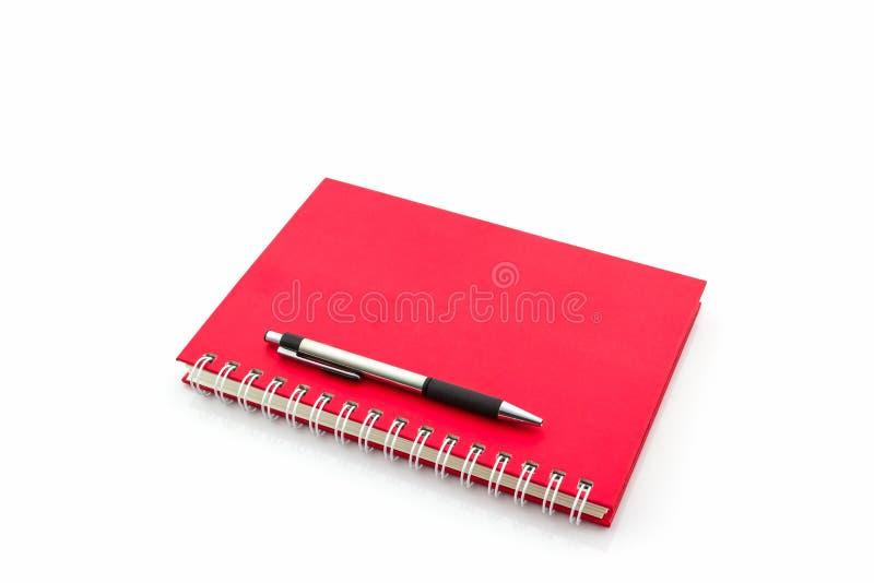 Libro rosso del diario con la penna fotografia stock libera da diritti