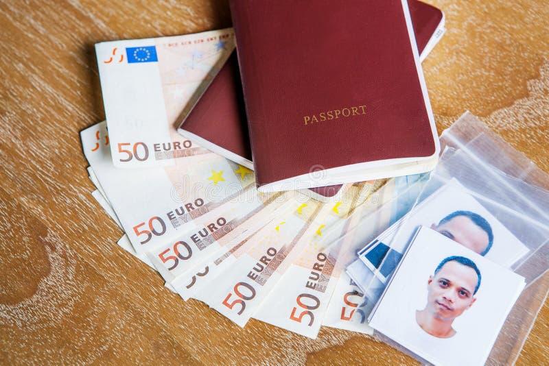 Libro rosso del passaporto della copertura, fronte dell'uomo asiatico con l'euro banca cinquanta immagini stock