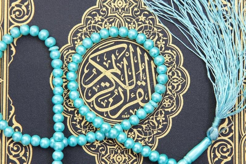 Libro sacro del Corano con il rosario fotografia stock libera da diritti