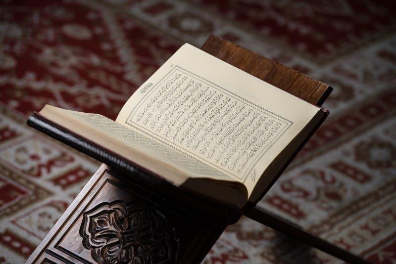 Libro sacro di Corano dei musulmani in moschea fotografie stock