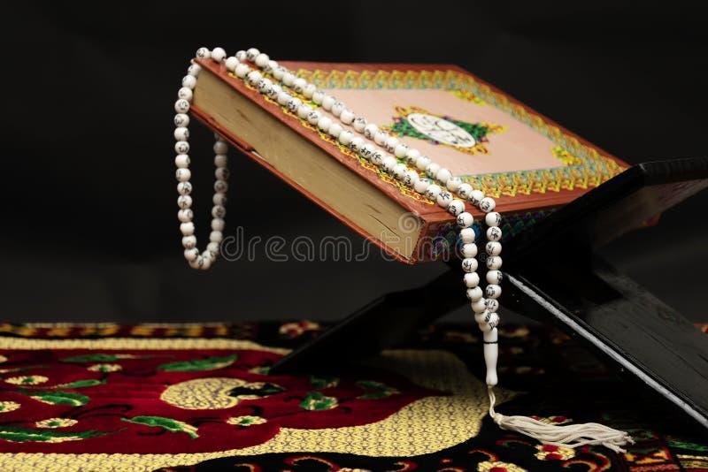 Libro sagrado islámico de musulmanes fotos de archivo