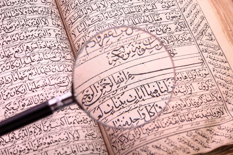 Libro santo viejo del quran imagenes de archivo