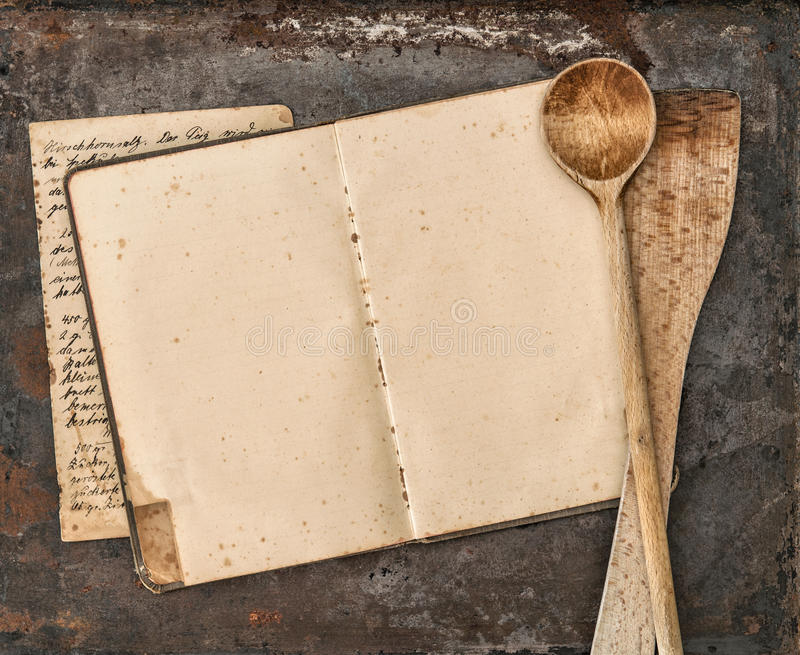 Libro scritto a mano d'annata di ricetta e vecchi utensili della cucina fotografia stock libera da diritti