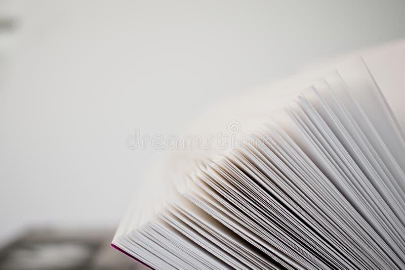 Libro semiaperto a da vicino fotografia stock libera da diritti