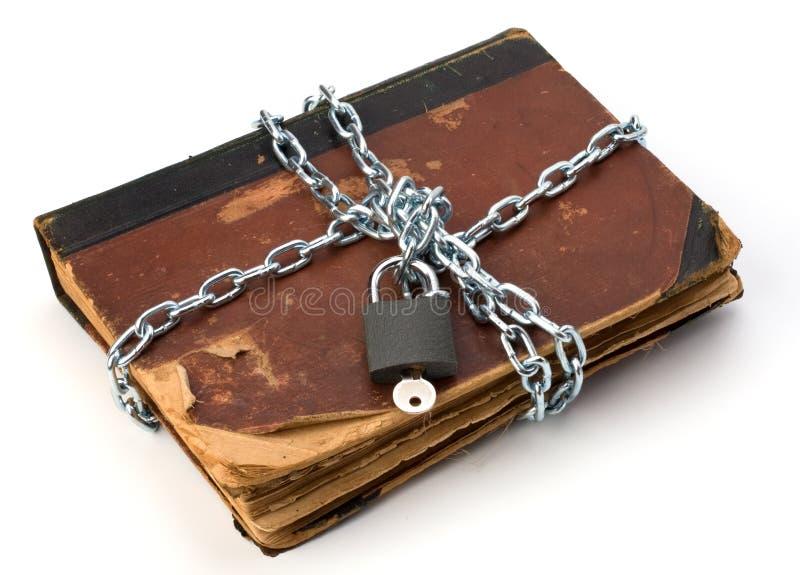 Libro stracciato con la catena ed il lucchetto fotografia for Foto di un libro