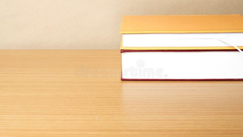 Libro su legno fotografie stock libere da diritti