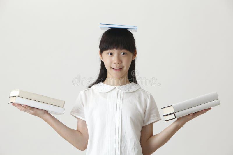 Libro sulla sua testa fotografie stock