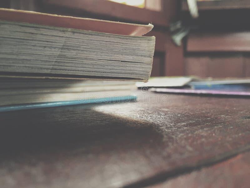 Libro sulla tavola fotografia stock libera da diritti