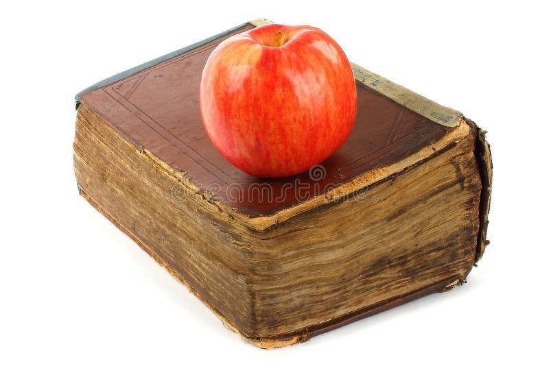 Libro viejo con la manzana fotos de archivo