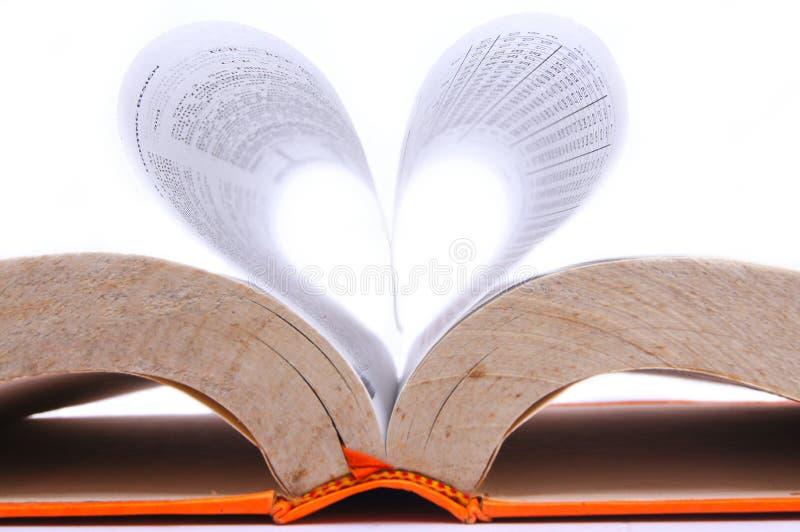 Libro viejo con las hojas que forman una forma del corazón fotografía de archivo