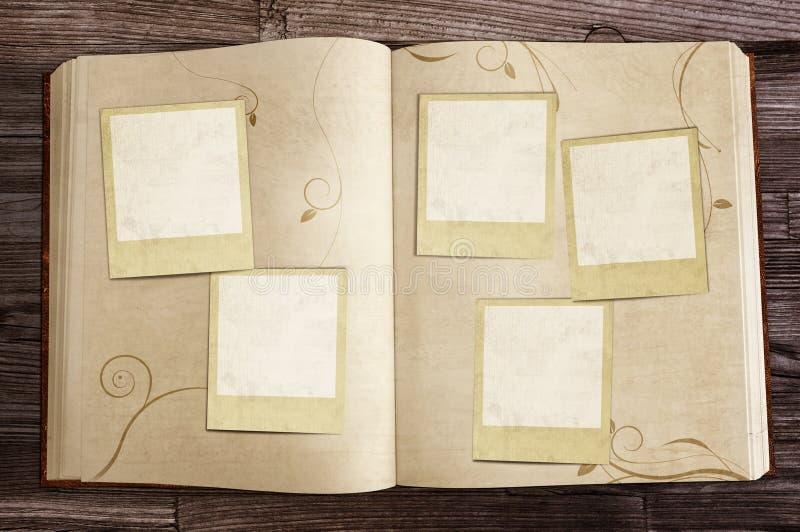 Libro viejo con las polaroides fotos de archivo