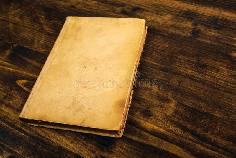 Libro viejo del vintage en la tabla de madera rústica imágenes de archivo libres de regalías