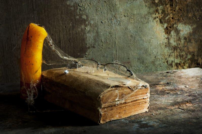 Libro viejo a la vida inmóvil imagen de archivo