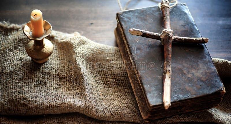 Libro viejo religioso en una tabla de madera Un ingenio atado cruz religiosa imágenes de archivo libres de regalías