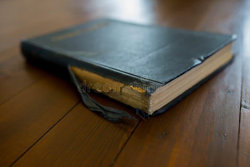 Libro viejo, usado, worned en fondo de madera marrón oscuro fotografía de archivo