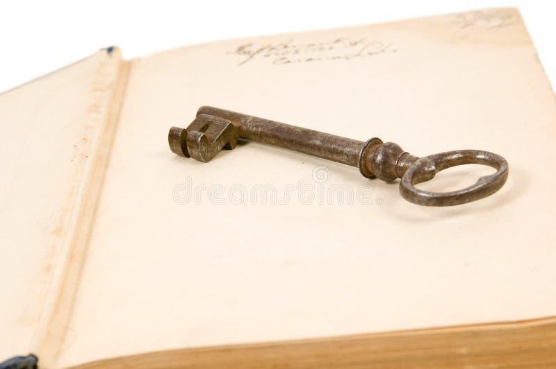 Libro viejo y clave fotos de archivo