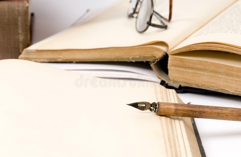 Libro viejo y pluma fotografía de archivo