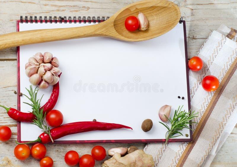 Libro vuoto pronto per le ricette o il menu immagini stock libere da diritti