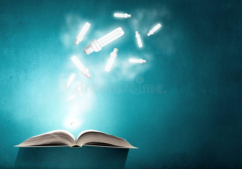 Libro y bombilla imagenes de archivo