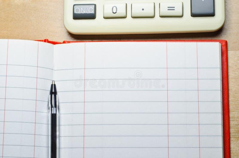Libro y calculadora de caja fotos de archivo
