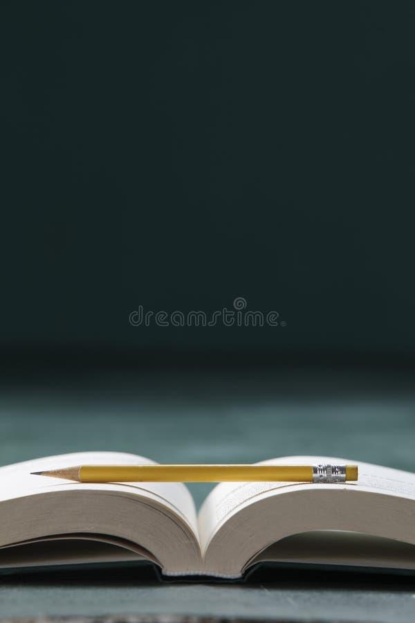 Libro y lápiz fotografía de archivo libre de regalías