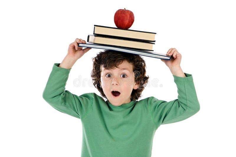 Libro y manzana de la pizca del niño fotos de archivo