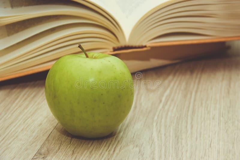 Libro y manzana verde foto de archivo libre de regalías