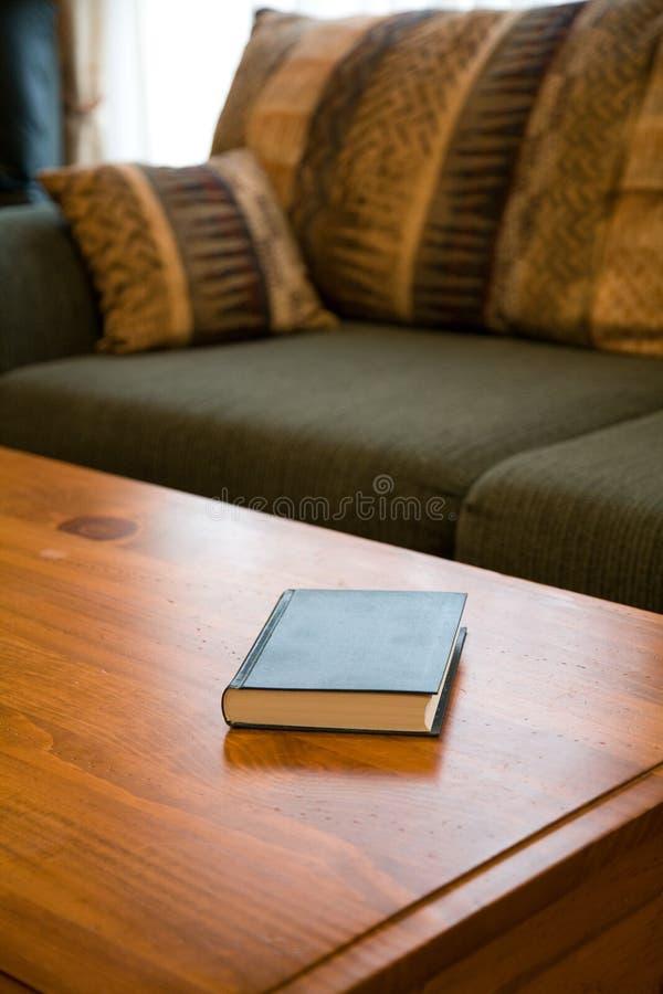 Libro y mesa de centro fotos de archivo libres de regalías