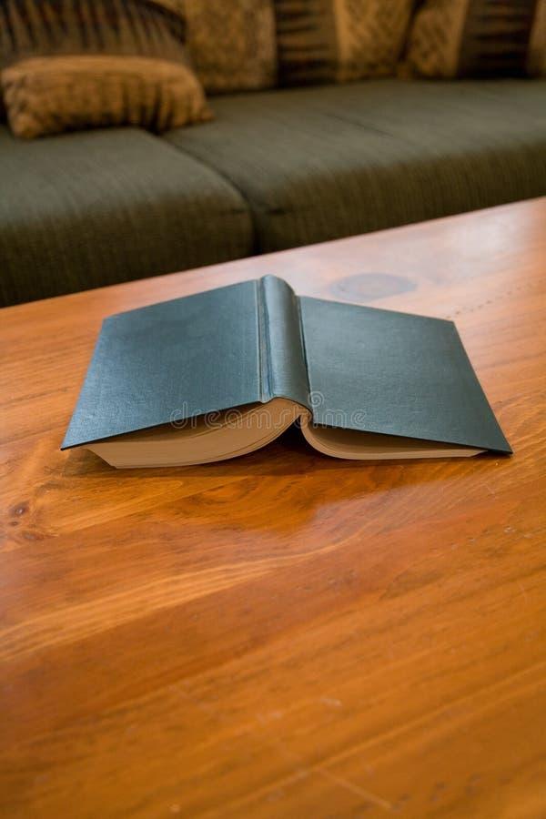 Libro y mesa de centro imágenes de archivo libres de regalías