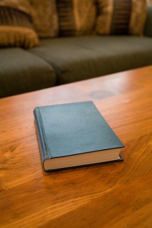 Libro y mesa de centro foto de archivo libre de regalías