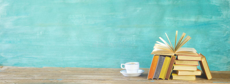 Libro y pila abiertos de libros multicolores del libro encuadernado con una taza de caf?, educaci?n de la lectura, literatura, es foto de archivo libre de regalías