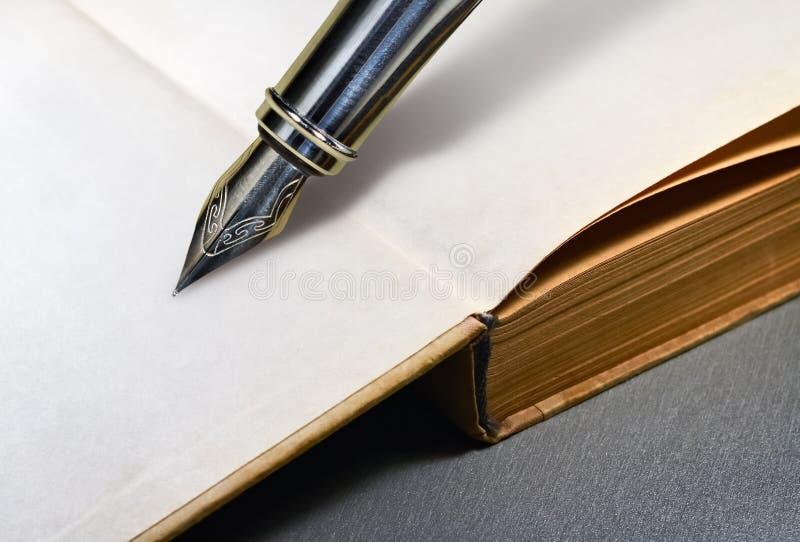 Libro y pluma imagen de archivo libre de regalías