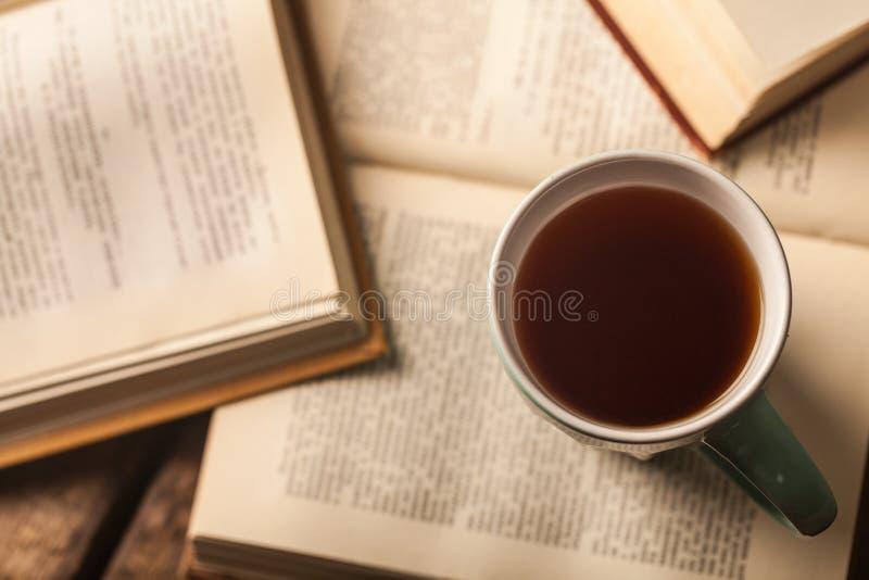 Libro y té foto de archivo