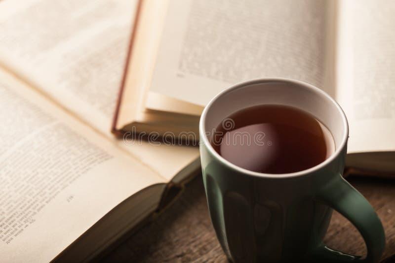 Libro y té fotos de archivo