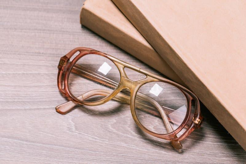 Libro y vidrios imagen de archivo