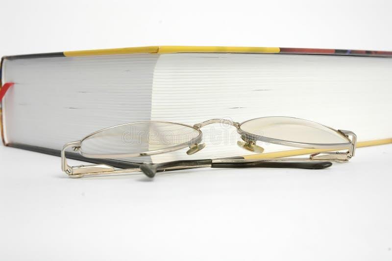 Libro y vidrios imágenes de archivo libres de regalías