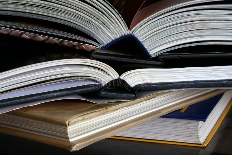 Libros abiertos imagenes de archivo