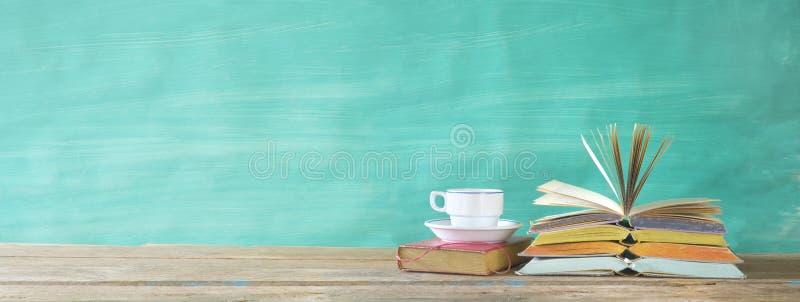 Libros abiertos y una taza de café, lectura, educación, literatura, aprendiendo, panorama, buen espacio de la copia fotografía de archivo