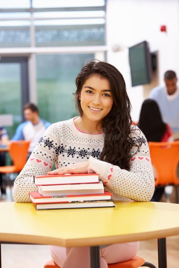 Libros adolescentes femeninos de In Classroom With del estudiante foto de archivo