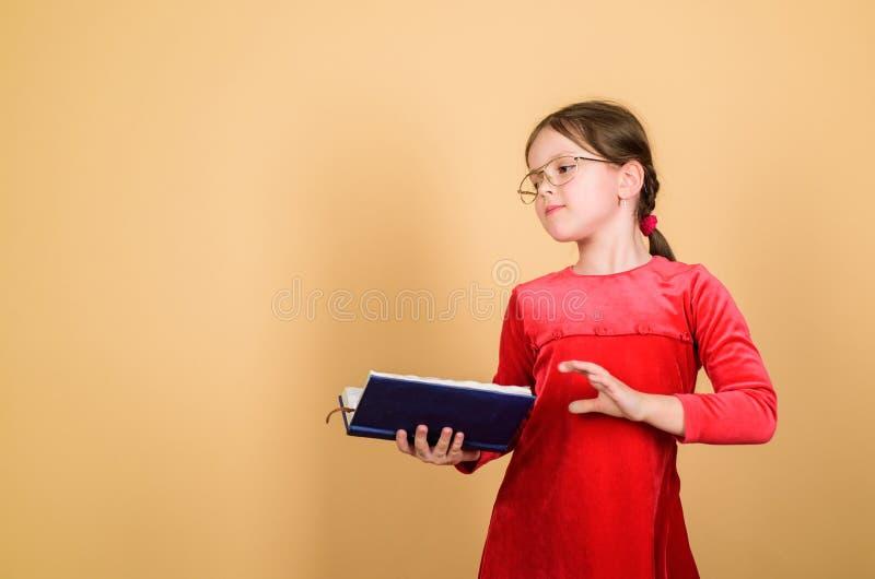 Libros adorables del amor de la muchacha Muchacha del ni?o con el libro o la libreta De nuevo a concepto de la escuela Libro de l foto de archivo libre de regalías
