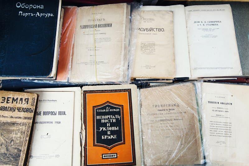 Libros antiguos en un estante imágenes de archivo libres de regalías
