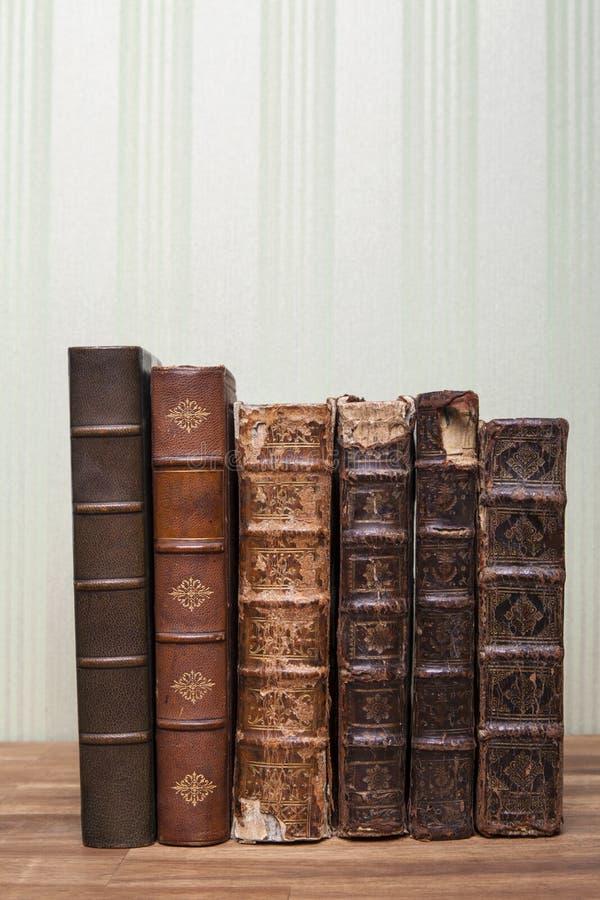 Libros antiguos sobre la mesa de madera o sobre una mesa de madera imagenes de archivo
