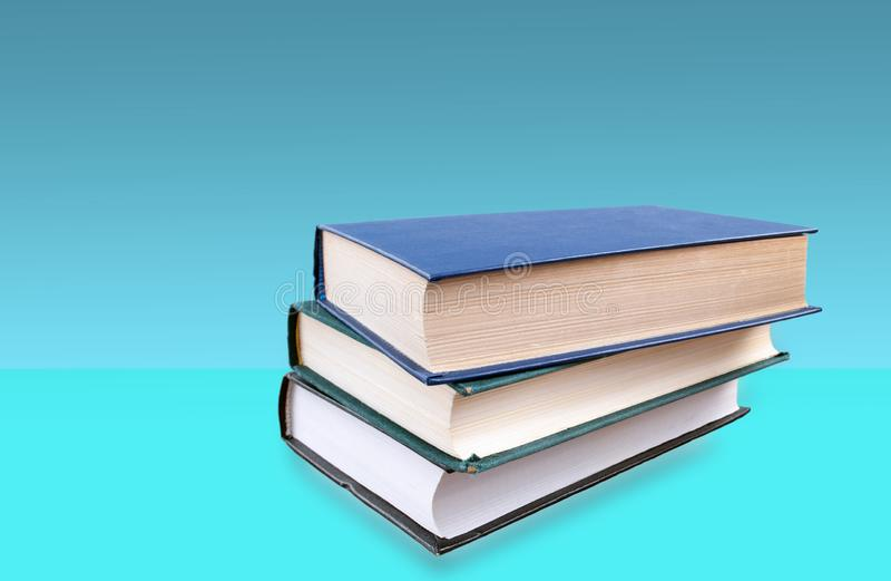 Libros apilados encima de uno a imagenes de archivo