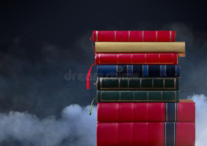 Libros apilados por las nubes foto de archivo