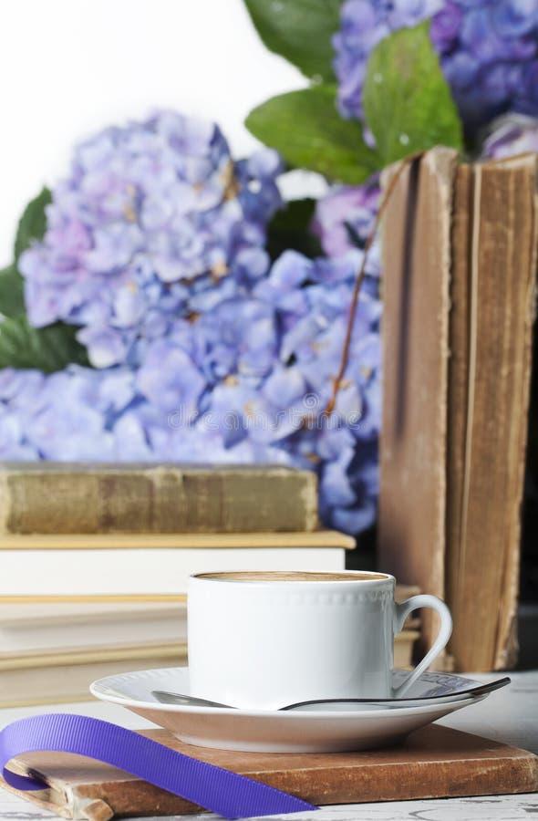 Libros blancos de la taza del café express foto de archivo