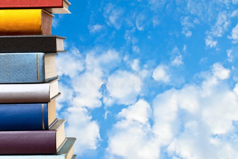 Libros con el cielo azul fotografía de archivo libre de regalías