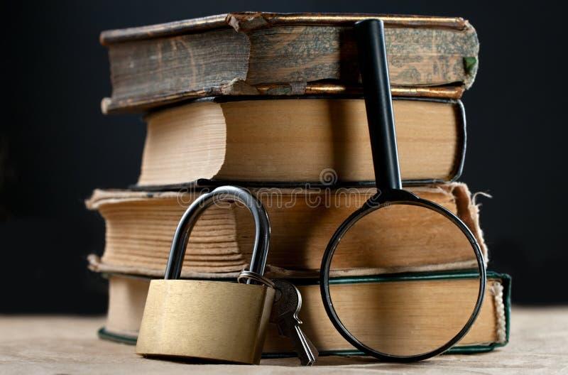 Libros con el pestillo de seguridad fotos de archivo libres de regalías